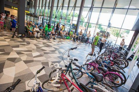 Įteikė daugiavaikėms šeimoms kauniečių dovanotus dviračius