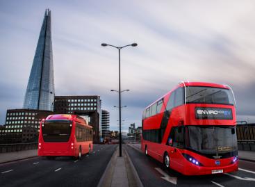 Į Londono gatves išvažiavo pirmieji penki dviaukščiai elektriniai autobusai