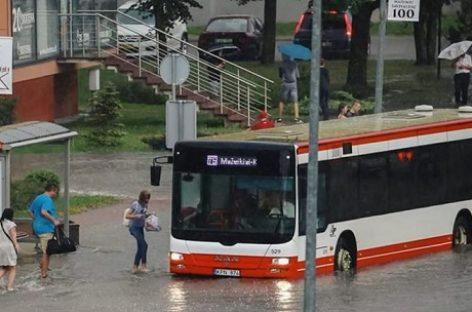 Per smarkią liūtį Mažeikių autobusai virto amfibijomis