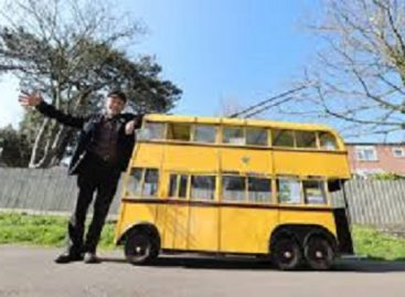 Vyras pagamino dviaukštį troleibusą elektrinių transporto priemonių eismui atminti
