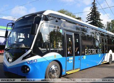 """""""Belkommunmaš"""" sukūrė elektrinį autobusą su vairu dešinėje"""