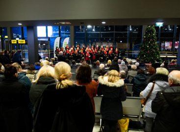 Kauniečiai klausėsi kalėdinių dainų autobusų stotyje