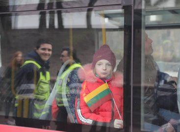 Vasario 16-ąją pasitiko ir viešajame transporte – keleiviams dovanojo vėliavėles