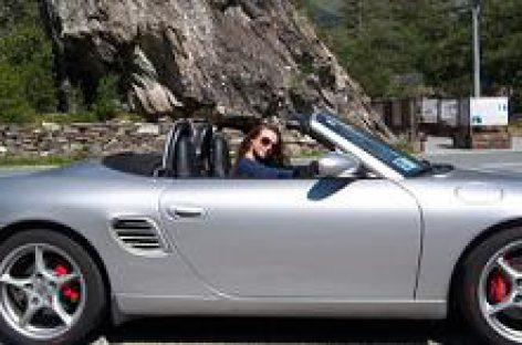 Draudikai įspėja: važiuojantiems automobiliu šis įprotis gali baigtis skaudžiomis pasekmėmis