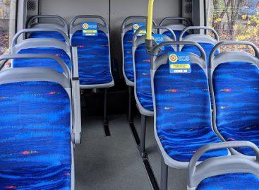 Klaipėdos autobusuose saugiai susėsti padės lipdukai