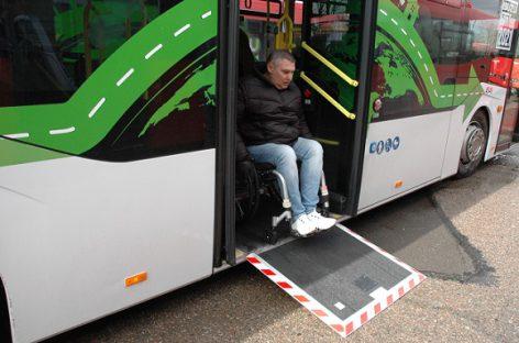 Negalią turintys žmonės džiaugiasi užsimezgusiu bendradarbiavimu su autobusų gamintojais