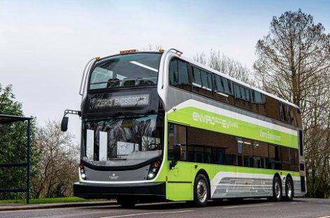 ADL pristato pirmąjį elektrinį triašį dviaukštį autobusą