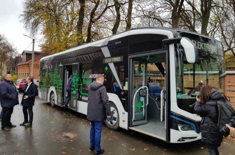 """Viešajame transporte – naujas svečias: į Kauno gatves išriedėjo """"MAN Lion's City E"""" elektrobusas"""